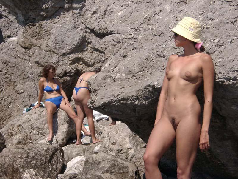 Темноволосая туристка лазает голышом по скалам 11 фото