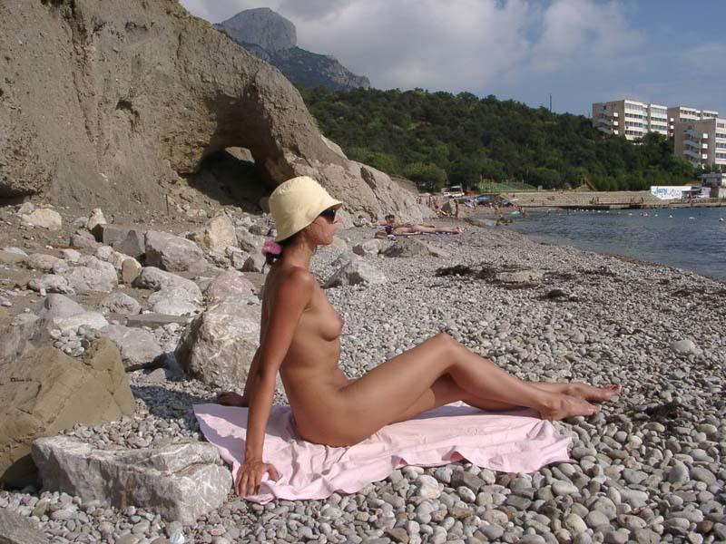 Темноволосая туристка лазает голышом по скалам 15 фото