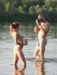 Молодая пара нудистов на горячем пляже