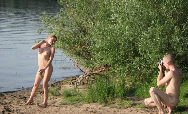 Молодая пара нудистов на горячем пляже 3 фото