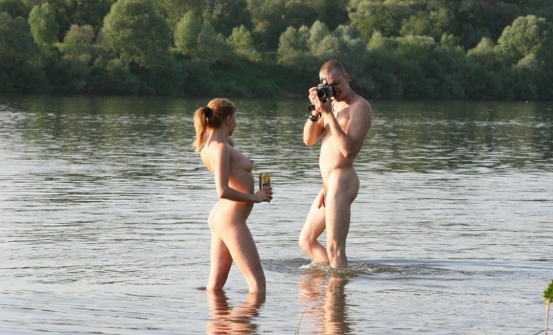 Молодая пара нудистов на горячем пляже 8 фото