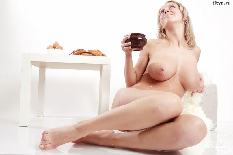 Модель с большой грудью позирует, вылив на себя молоко 32 фото
