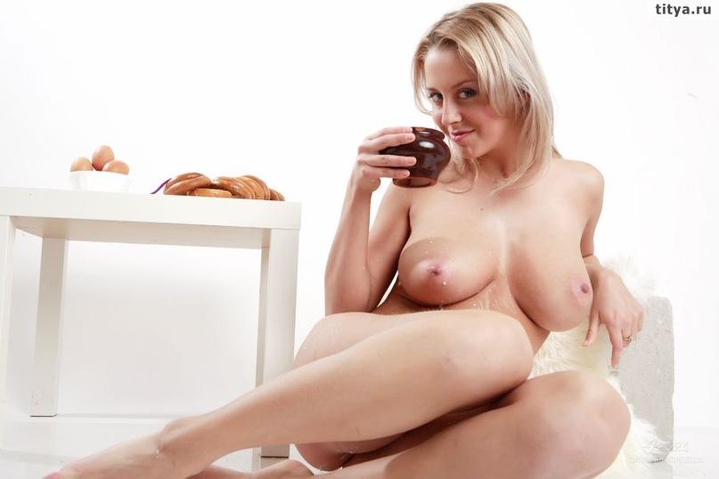 Модель с большой грудью позирует, вылив на себя молоко 31 фото