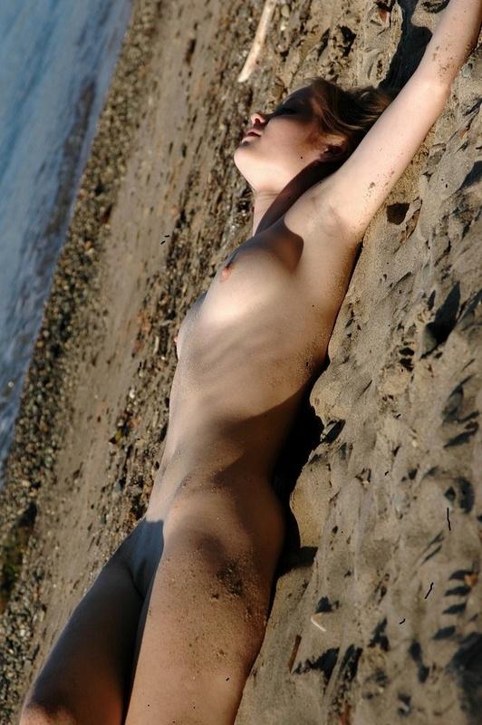Молодая позерша на пляже 1 фото