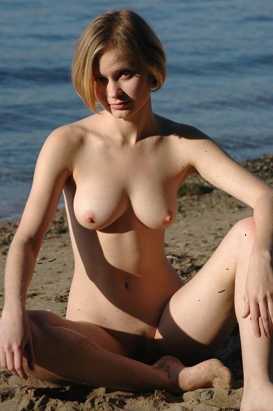 Молодая позерша на пляже 8 фото