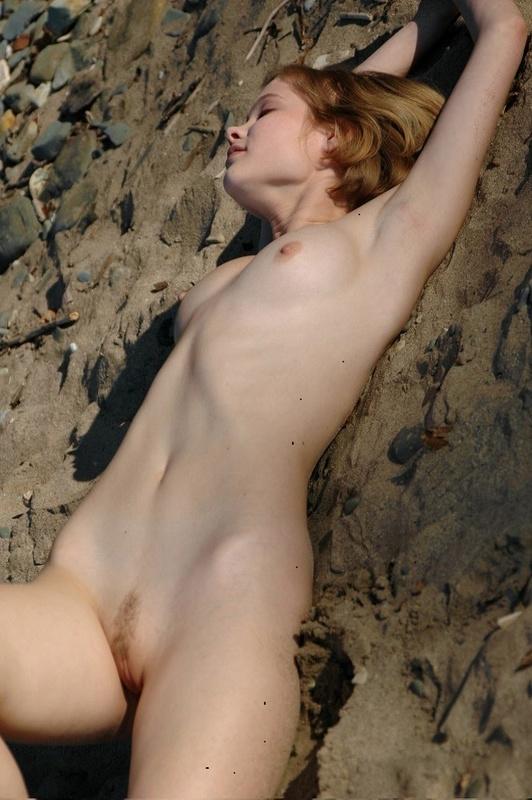 Молодая позерша на пляже 2 фото