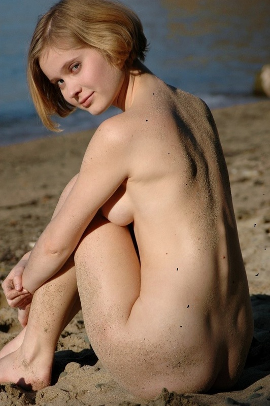 Молодая позерша на пляже 6 фото