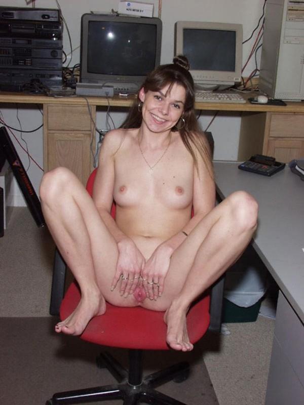 Глупая брюнетка онанирует вульву пальчиками до оргазма 4 фото