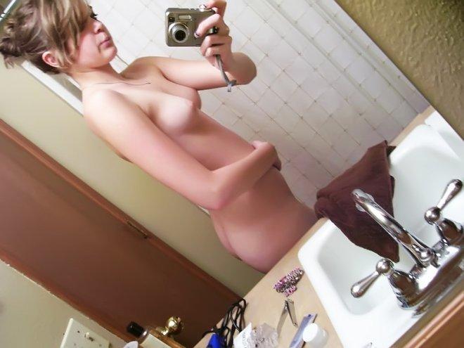 Девушки делают селфи упругих титек в зеркале 1 фото