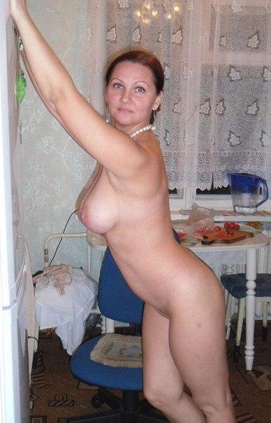 Подборка голых дамочек с титьками дома и на улице 27 фото