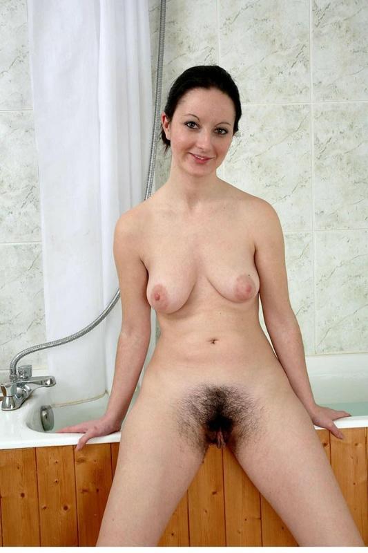 Девушка с грудью 3-го размера показывает неприлично волосатую киску 4 фото