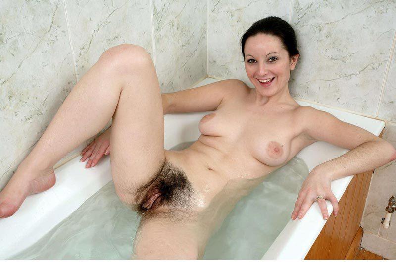 Девушка с грудью 3-го размера показывает неприлично волосатую киску 16 фото
