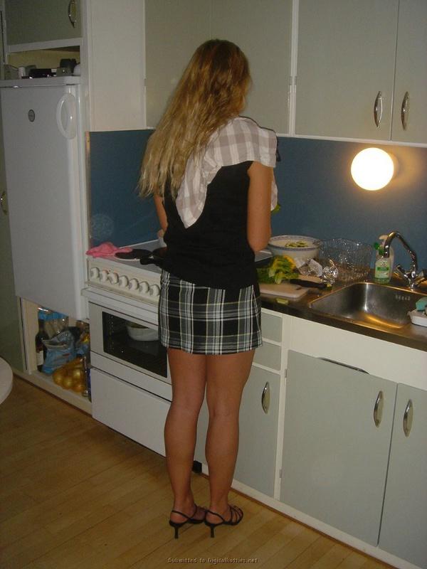 Длинноногая блондинка позирует голышом мужу на кухне и на природе 21 фото