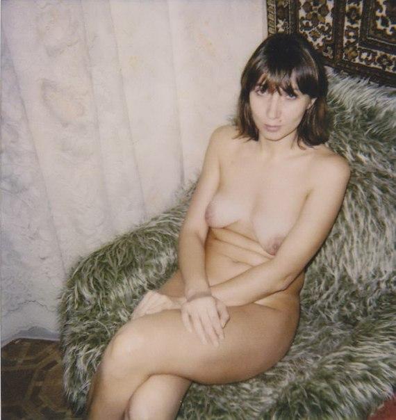 Подборка ретро эротики длинноногой брюнетки на кухне и в комнате 5 фото