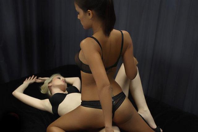 Две любовницы в белье умело позируют перед камерой 9 фото