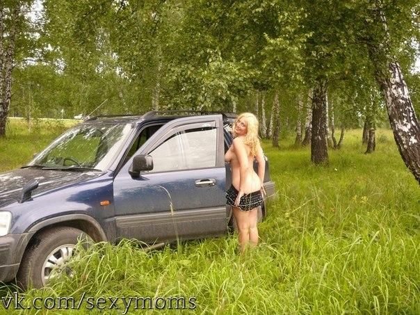 Сексапильные блондинки и брюнетки на природе и дома 5 фото