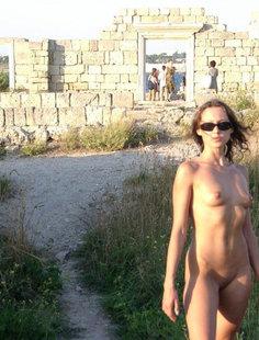 Худая туристка раздевается на улице