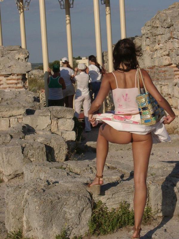 Худая туристка раздевается на улице 6 фото