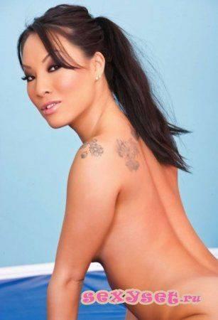 Голая азиатка дрочит пальцами киску с попокой 8 фото