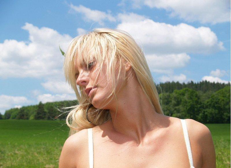 Блондинка с маленькими сиськами и небольшой попой позирует на берегу 4 фото