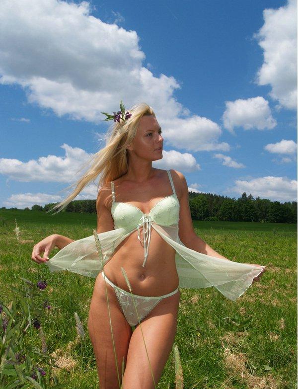 Блондинка с маленькими сиськами и небольшой попой позирует на берегу 3 фото