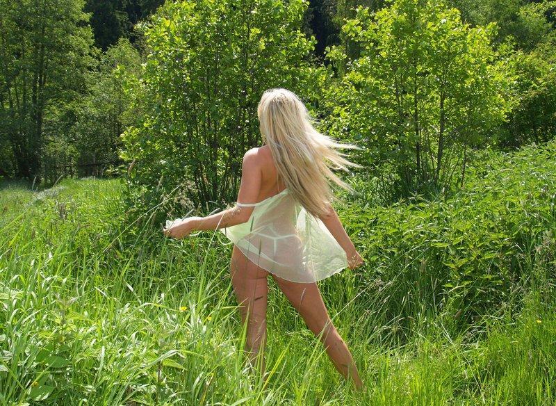 Блондинка с маленькими сиськами и небольшой попой позирует на берегу 5 фото