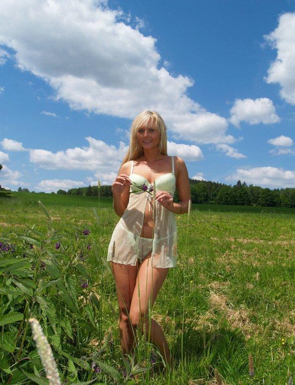 Блондинка с маленькими сиськами и небольшой попой позирует на берегу 2 фото