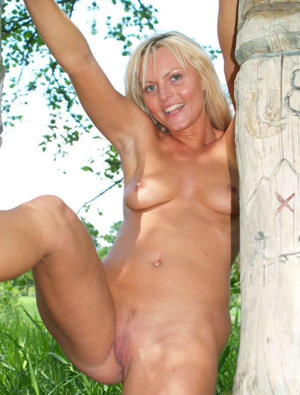 Блондинка с маленькими сиськами и небольшой попой позирует на берегу 14 фото