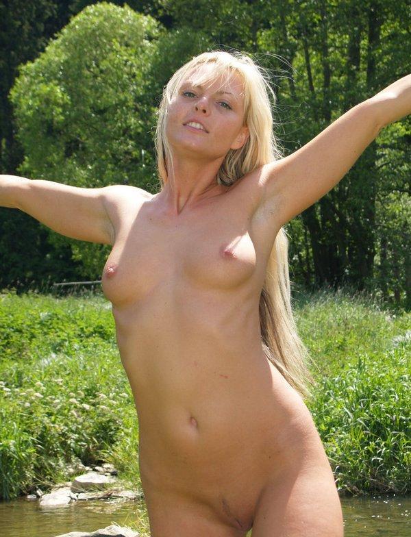 Блондинка с маленькими сиськами и небольшой попой позирует на берегу 9 фото