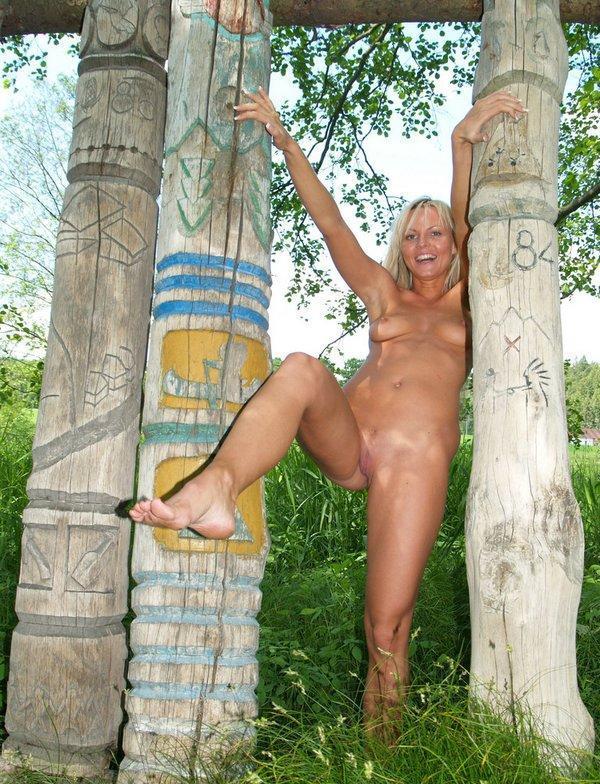 Блондинка с маленькими сиськами и небольшой попой позирует на берегу 13 фото