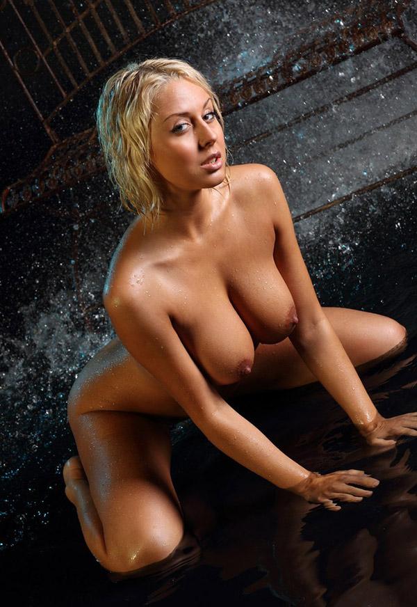 Головокружительное соло дамы с большими сиськами в воде 6 фото