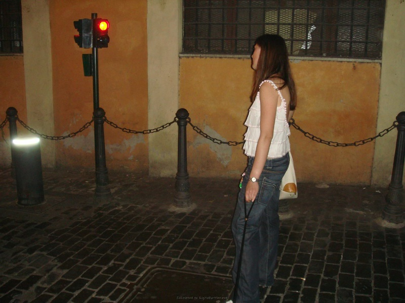 Туристка с косичками загорает с голой грудью 6 фото
