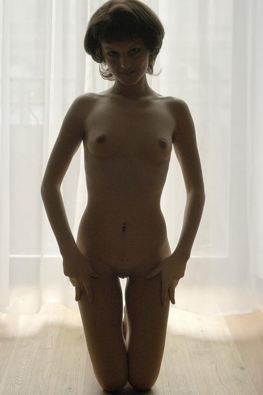 Девица с прической каре принимает пошлые позы на полу 1 фото