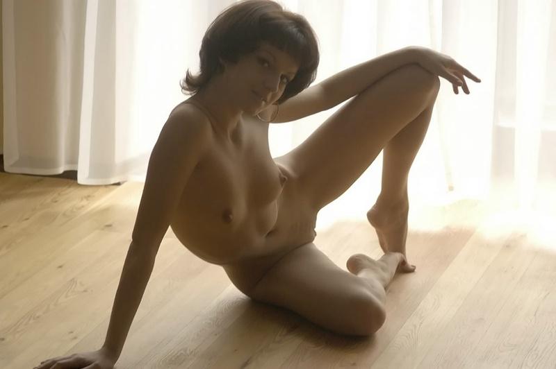 Девица с прической каре принимает пошлые позы на полу 9 фото
