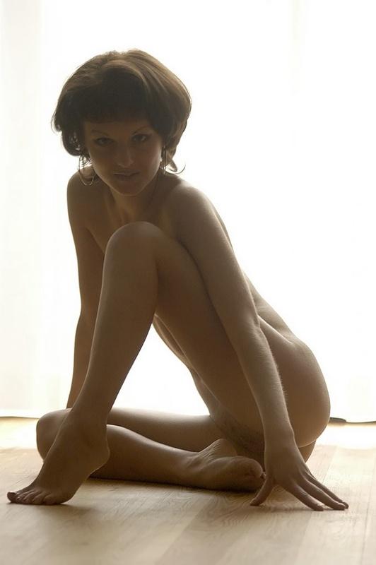 Девица с прической каре принимает пошлые позы на полу 18 фото