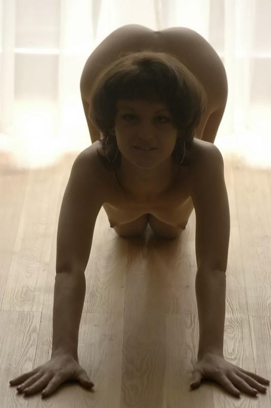 Девица с прической каре принимает пошлые позы на полу 6 фото