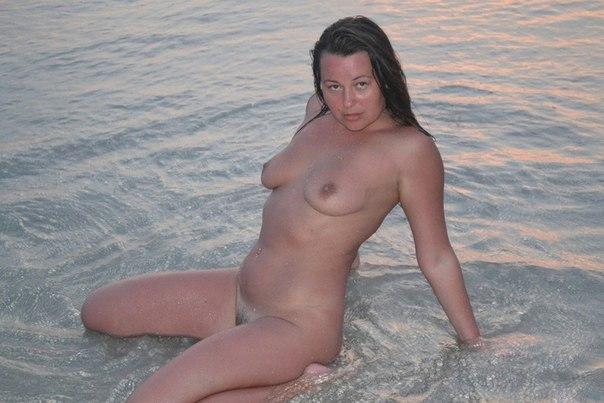 Два мужика сняли бабу на пляже и оттрахали ее 5 фото