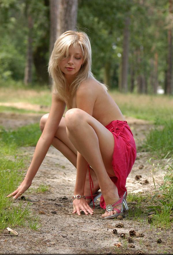 Худая блондинка без нижнего белья сняла платье в лесу 9 фото