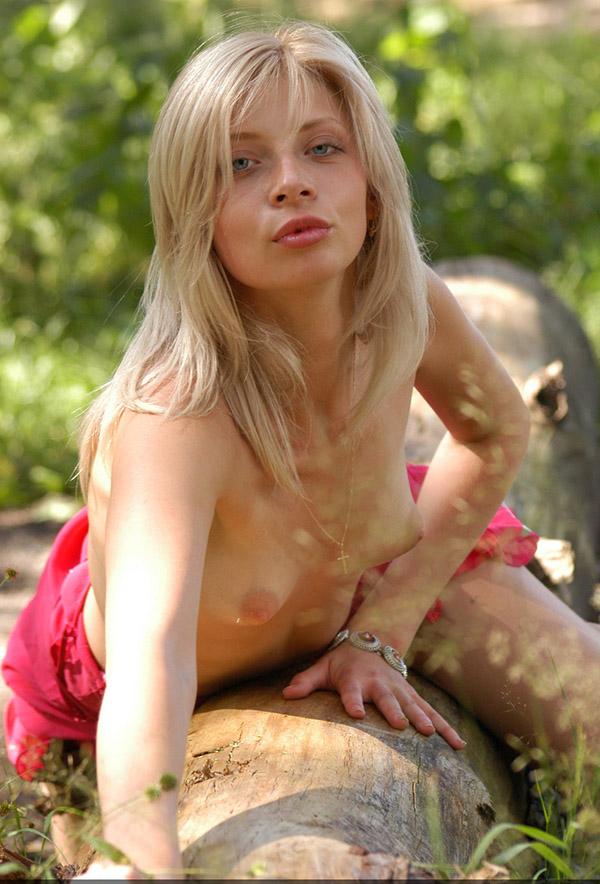 Худая блондинка без нижнего белья сняла платье в лесу 14 фото