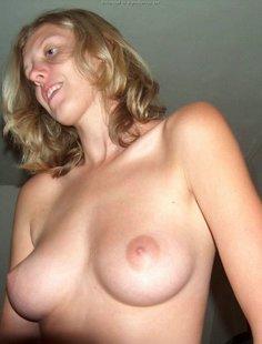 Девка на досуге сосет писюн приятеля и позирует голой