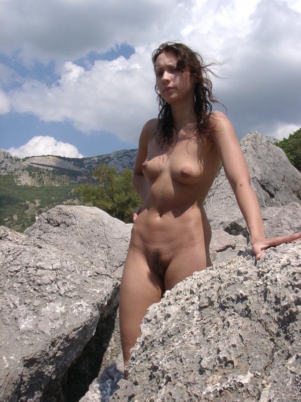 Молодая курортница купается в море голышом 12 фото
