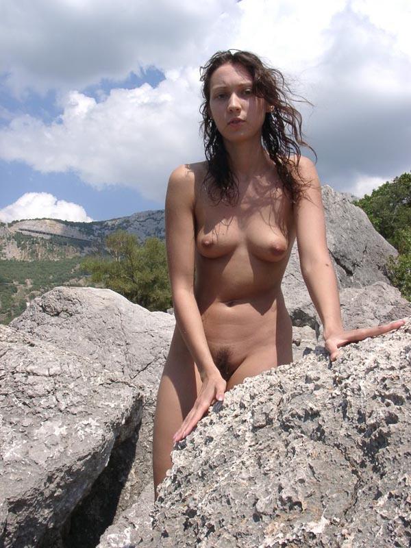 Молодая курортница купается в море голышом 11 фото