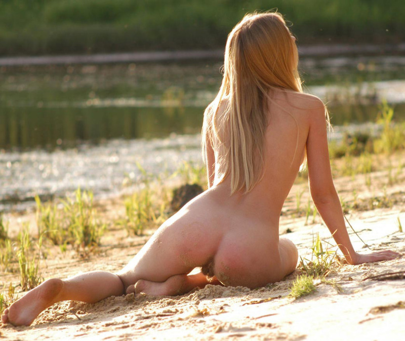 Блондинка с торчащими сосками позирует возле озера 3 фото