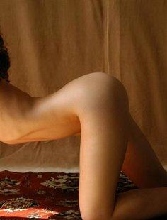 Парень снимает кудрявую худышку голышом на ковре у желтой шторы