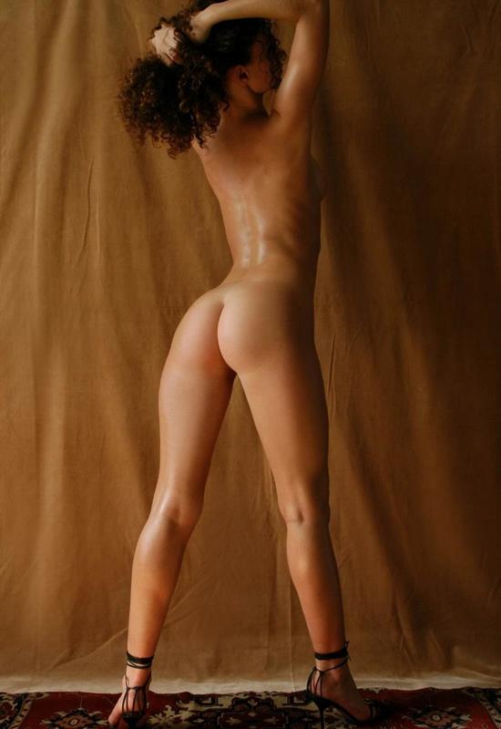 Парень снимает кудрявую худышку голышом на ковре у желтой шторы 3 фото