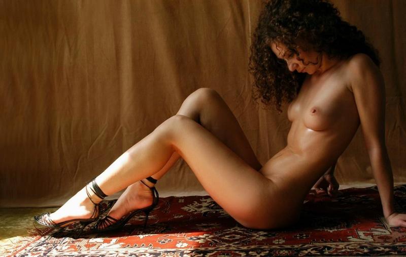 Парень снимает кудрявую худышку голышом на ковре у желтой шторы 7 фото