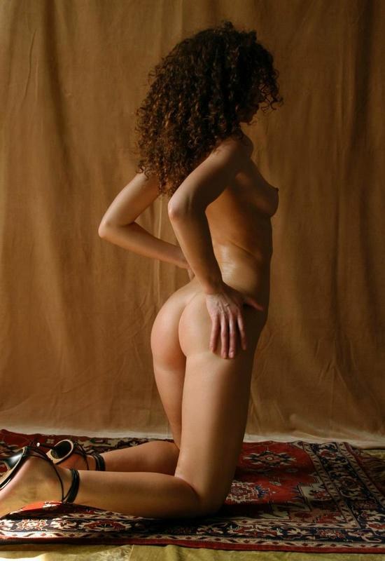 Парень снимает кудрявую худышку голышом на ковре у желтой шторы 10 фото