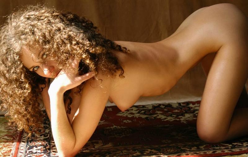 Парень снимает кудрявую худышку голышом на ковре у желтой шторы 12 фото