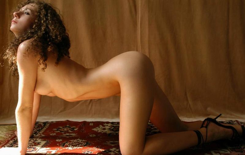 Парень снимает кудрявую худышку голышом на ковре у желтой шторы 11 фото