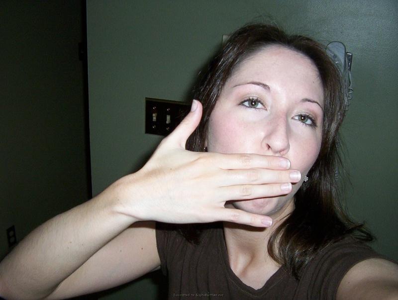 Общительная брюнетка позирует на досуге 18 фото